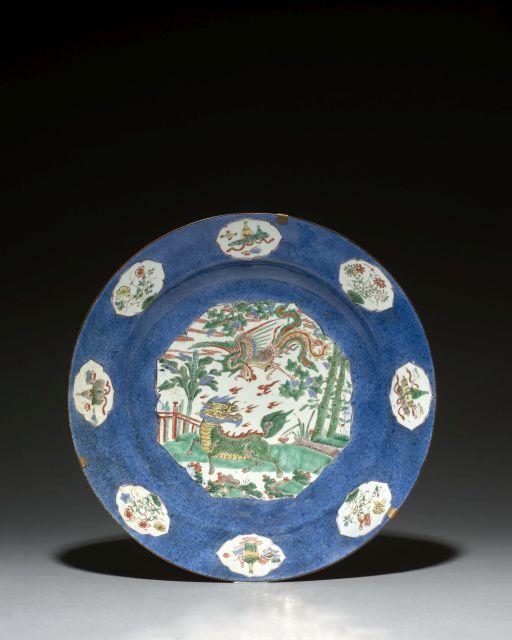 GRAND PLAT EN PORCELAINE BLEU POUDRÉ ET FAMILLE VERTE, CHINE, DYNASTIE QING, ÉPOQUE KANGXI (1662-1722)