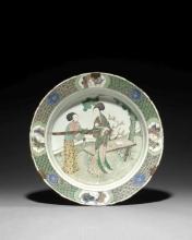 GRAND PLAT EN PORCELAINE FAMILLE VERTE, CHINE, DYNASTIE QING, ÉPOQUE KANGXI (1662-1722)