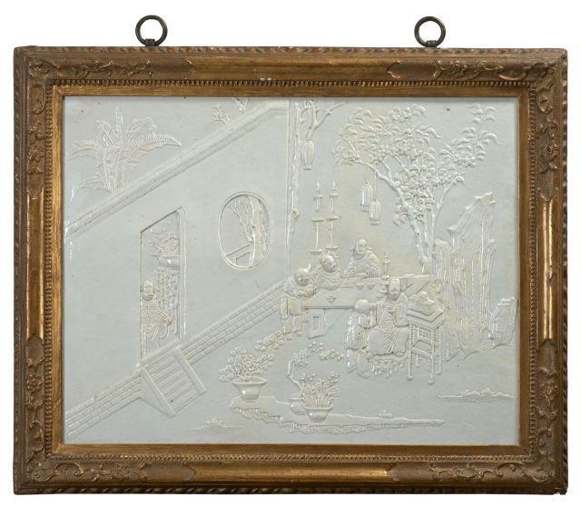 RARE PLAQUE EN PORCELAINE BLANC DE CHINE ENCADRÉE, CHINE, DYNASTIE QING, ÉPOQUE KANGXI (1662-1722)
