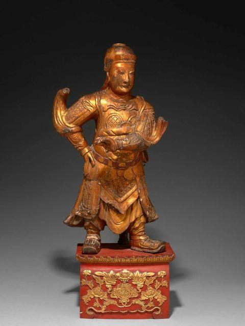 STATUE DE GARDIEN EN BOIS LAQUÉ OR ET ROUGE, CHINE, DYNASTIE QING, XVIIIe SIÈCLE