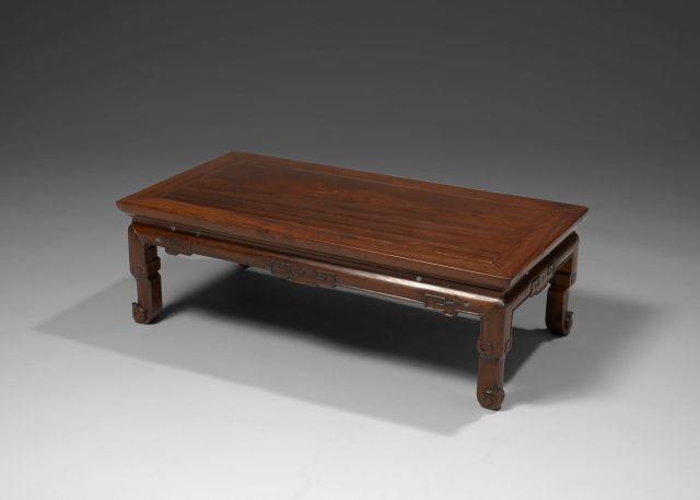 TABLE BASSE EN BOIS, KANG, CHINE, DYNASTIE QING, FIN DU XVIIIe-DÉBUT DU XIXe SIÈCLE