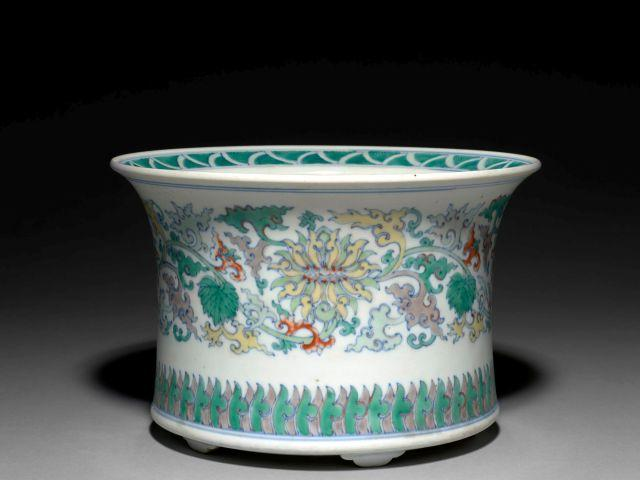 JARDINIÈRE EN PORCELAINE DOUCAI, CHINE, DYNASTIE QING, ÉPOQUE QIANLONG (1736-1795)