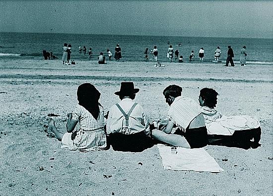 Ergy LANDAU (1896 - 1967) Famille sur la plage, circa 1950 Tirage argentique de l'époque monté sur carton