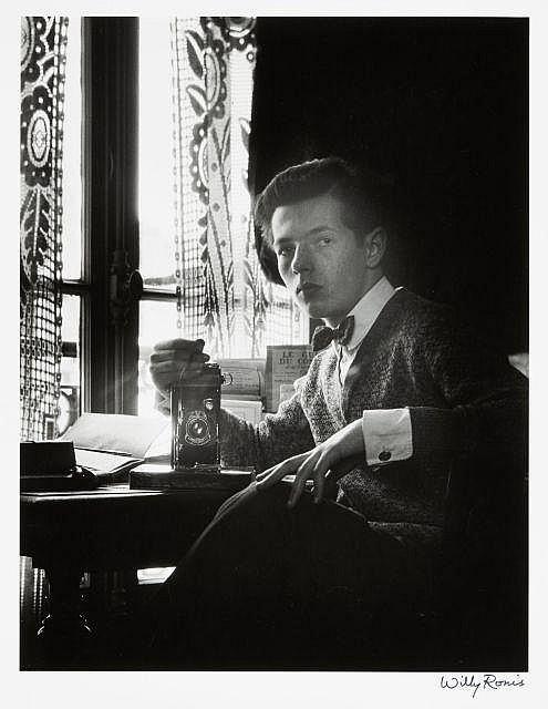 Willy RONIS (1910 - 2009) Autoportrait, cité Condorcet - Paris, 1929 Epreuve argentique sur papier Agfa (c. 1980), signée à l''encre...