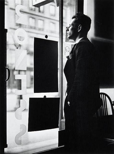 Willy RONIS (1910 - 2009) Autoportrait dans le studio Roness, boulevard Voltaire - Paris, 1935 Epreuve argentique (c. 1990)