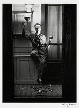 Willy RONIS (1910 - 2009) Autoportrait aux flashes - Paris, 1951 Epreuve argentique sur papier Agfa (c. 1970), signée à l''encre dans..