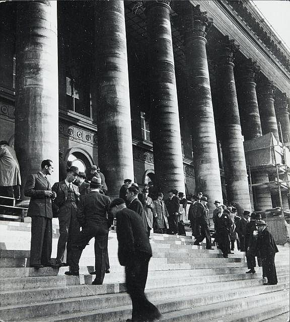 Willy RONIS (1910 - 2009) La Bourse - Paris, 1937 Epreuve argentique sur papier Agfa (c. 1950)