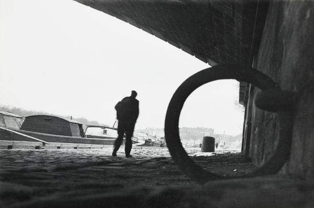 Willy RONIS (1910 - 2009) Sous le pont d''Austerlitz (Quai ouest de Paris) - Paris, 1935 Epreuve argentique (c. 1970)