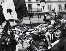 Willy RONIS (1910 - 2009) Rue du faubourg Saint Antoine - Paris, 14 juillet 1936 Epreuve argentique (c. 2000)