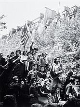 Willy RONIS (1910 - 2009) Le Jour V - 8 mai 1945 Epreuve argentique (c. 1990)Epreuve argentique (c. 1990)