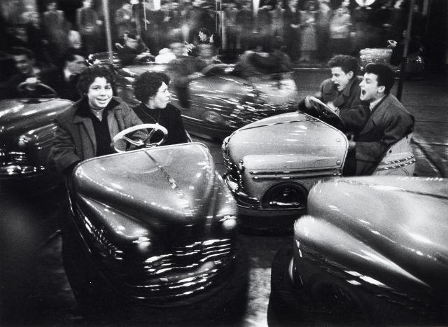 Willy RONIS (1910 - 2009) Auto-tamponneuses - avril 1955 Epreuve argentique (c. 1980)