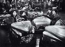 Willy RONIS (1910 - 2009) Auto-tamponneuses - avril 1955 Epreuve argentique (c. 1980)