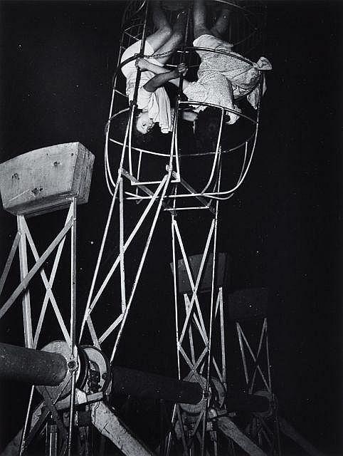 Willy RONIS (1910 - 2009) Fête Foraine, quartier Pasteur - Paris, 1947 Epreuve argentique (c. 1990)