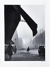 Willy RONIS (1910 - 2009) Carrefour Sèvres-Babylone - Paris, 1948 Épreuve argentique signée à l''encre dans la marge inférieure à dro..