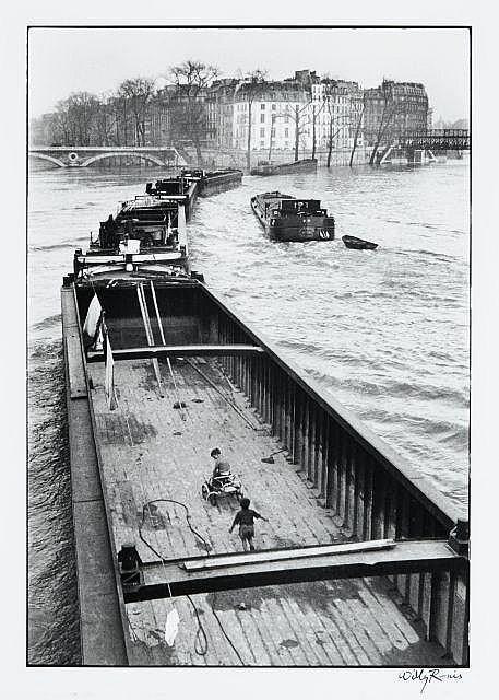 Willy RONIS (1910 - 2009) La péniche aux enfants - Paris, 1959 Epreuve argentique (1991), signée à l''encre dans la marge inférieure...
