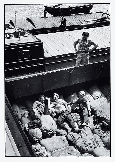Willy RONIS (1910 - 2009) Dockers - Paris, 1957 Epreuve argentique (c.1990)