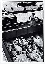Willy RONIS (1910 - 2009) Dockers - Paris, 1957 Epreuve argentique (c.1990)
