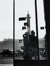 Willy RONIS (1910 - 2009) Place Vendôme, traces de balles après les combats de la Libération de Paris - 1945 Epreuve argentique (c....