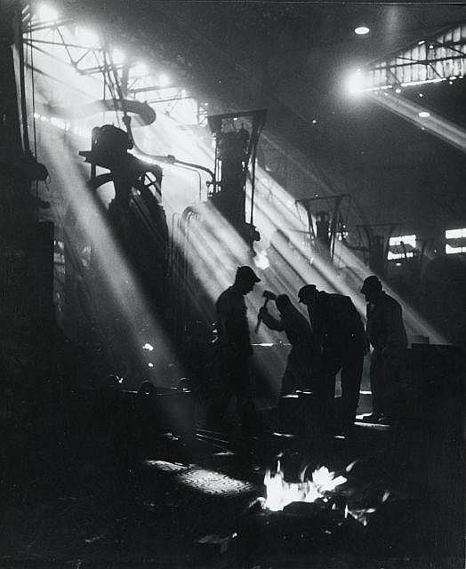 Willy RONIS (1910 - 2009) Les forges chez Renault - Boulogne-Billancourt, 1950 Epreuve argentique (c. 1970)