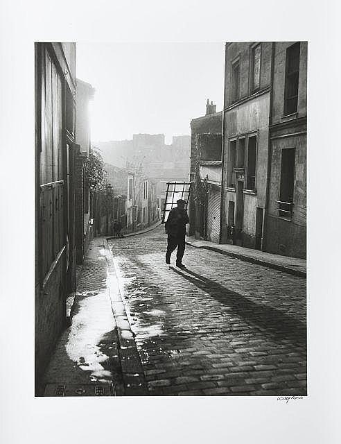 Willy RONIS (1910 - 2009) Vitrier, rue Savart - Belleville, Paris, 1947 Épreuve argentique signée à l''encre dans la marge inférieure..
