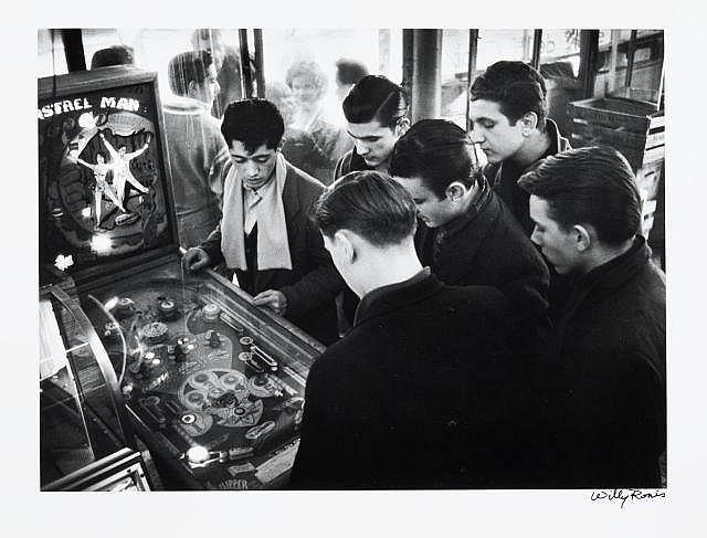 Willy RONIS (1910 - 2009) Belleville - Paris, 1955 Epreuve argentique (c. 1980), signée à l''encre dans la marge inférieure à droite