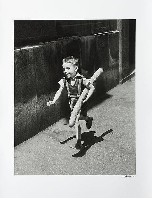 Willy RONIS (1910 - 2009) Le petit Parisien -Paris Épreuve argentique signée à l''encre dans la marge inférieure à droite