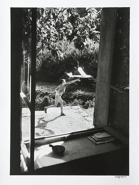Willy RONIS (1910 - 2009) Vincent aéromodéliste - Gordes, 1952 Épreuve argentique signée à l''encre dans la marge inférieure à droite