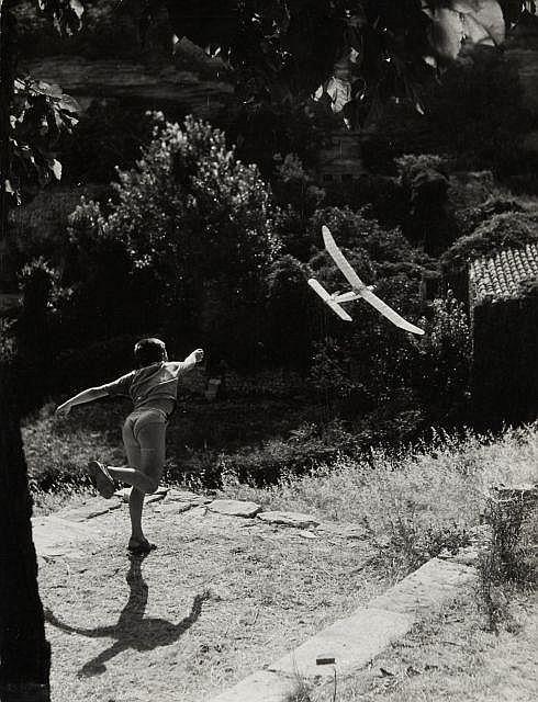 Willy RONIS (1910 - 2009) Vincent aéromodéliste (variante) - Grodes, 1952 Epreuve argentique d''époque