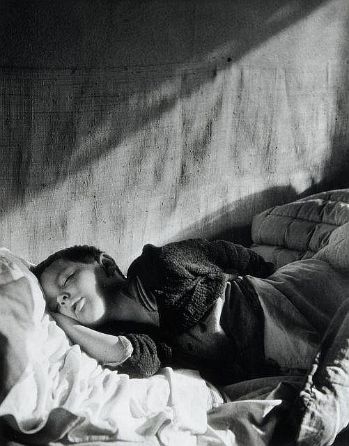 Willy RONIS (1910 - 2009) Vincent dormant - Paris, 1946 Epreuve argentique (c. 1985)