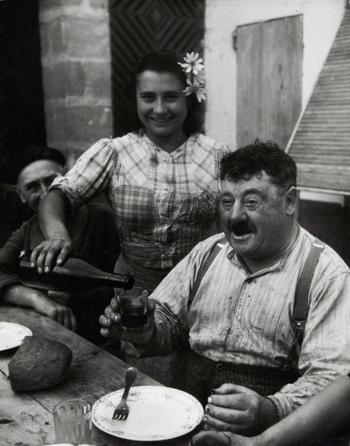Willy RONIS (1910 - 2009) Vigneron girondin - Cavignac, 1945 Epreuve argentique sur papier Agfa doux (c. 1970)