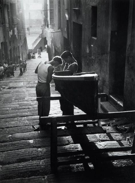 Willy RONIS (1910 - 2009) Vieux Nice, 1950 Epreuve argentique (c. 1990)
