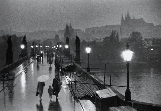 Willy RONIS (1910 - 2009) Sur le pont Charles - Prague, novembre 1967 Epreuve argentique (c. 1990)