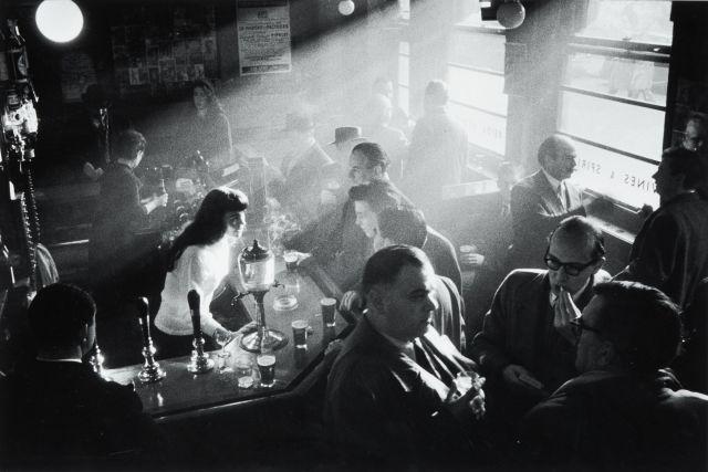 Willy RONIS (1910 - 2009) Le pub de Berlemont à Soho - Londres, 1955 Epreuve argentique (c. 1990)
