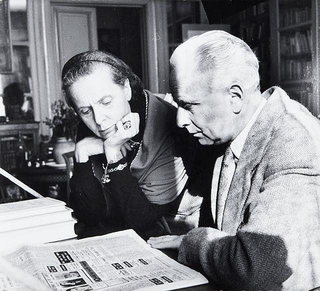 Willy RONIS (1910 - 2009) Elsa Triolet et Louis Aragon, rue de la Sourdière - Paris, 1954 Epreuve argentique d''époque