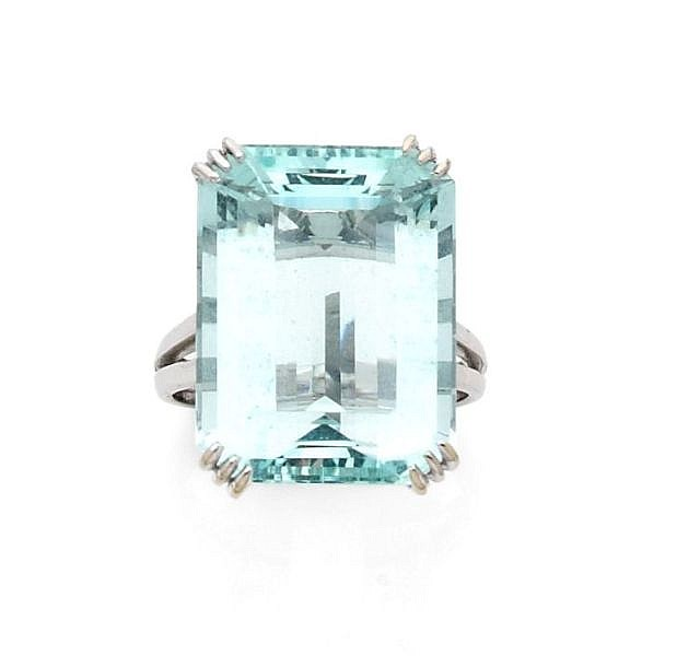 A AQUAMARINE AND WHITE GOLD RING