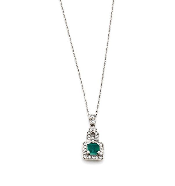 AN EMERALD, DIAMOND PLATINUM AND WHITE GOLD PENDANT