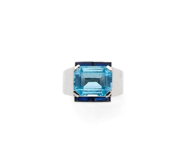 A AQUAMARINE, SAPPHIRE AND PLATINUM ART DECO RING, BY BOUCHERONR