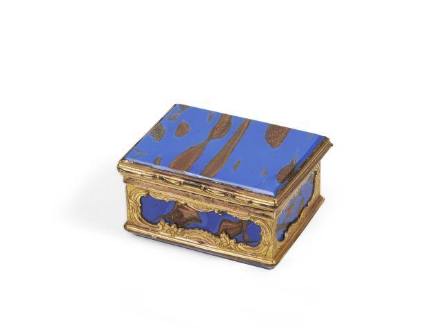 BOÎTE RECTANGULAIRE EN VERRE BLEU AVENTURINÉ, DEUXIÈME MOITIÉ DU XVIIIe SIÈCLE Probablement travail français