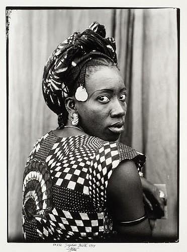 Seydou KEITA (1921-2001, Bamako, Mali) SANS TITRE, 1952-56, 98 Tirage en noir et blanc au bromure d'argent