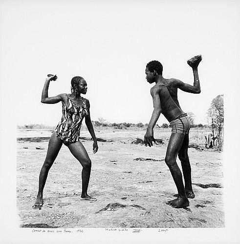 Malick SIDIBE (Né en 1936) COMBAT DES AMIS AVEC PIERRES, 1976-2007 Tirage en noir et blanc au bromure d'argent sur papier baryté