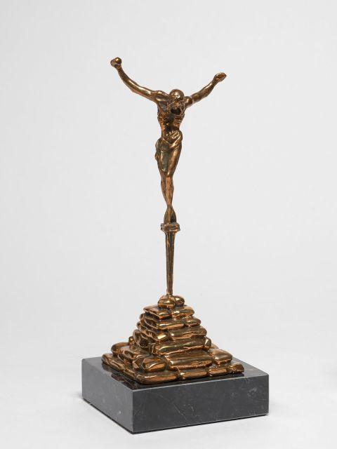 Salvador DALI (1904 - 1989) Cristo de San Juan de la Cruz - 1974 Bronze à patine brun doré et marbreBronze à patine brun doré et mar...