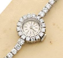 PATEK PHILIPPE Réf. 3289/32, n° 2638147, vers 1967 Belle montre bracelet de dame en platine (950). Boîtier rond. Lunette entière...