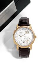 A. LANGE & SÖHNE LANG 1 TIME ZONE, n° 181544, vers 2010 Montre bracelet en or rose 18K (750). Boîtier rond. Fond saphir. Cadran...