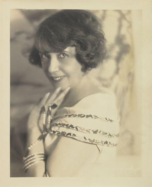 James Hargis CONNELLY 1895 - ? PORTRAIT DE MISTINGUETTE AUX PERLES - 1925 Tirage argentique d'époque