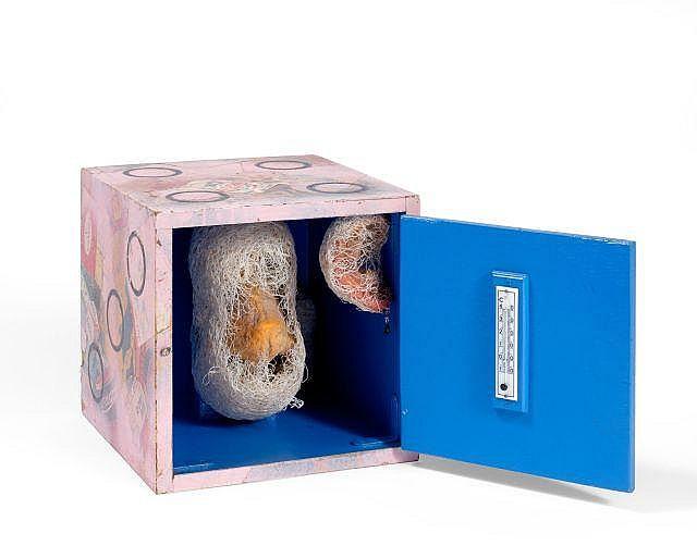 Tetsumi KUDO (1935-1990) SANS TITRE, 1963 Boîte peinte avec collage, thermomètre, éléments en plastique enroulés de fils végétaux