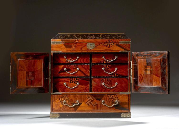 Petit Cabinet En Marqueterie De Bois Et Laque Japon Circa