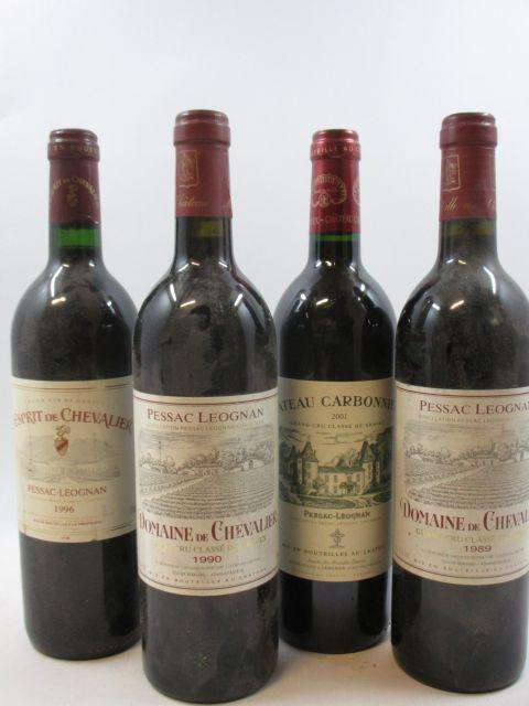 12 bouteilles 1 bt : L'ESPRIT DE CHEVALIER 1996 Pessac Léognan (étiquette tachées)