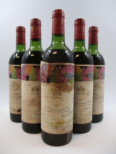 5 bouteilles CHÂTEAU MOUTON ROTHSCHILD 1975 1er GC Pauillac (1 légèrement bas et 4 mi-épaule