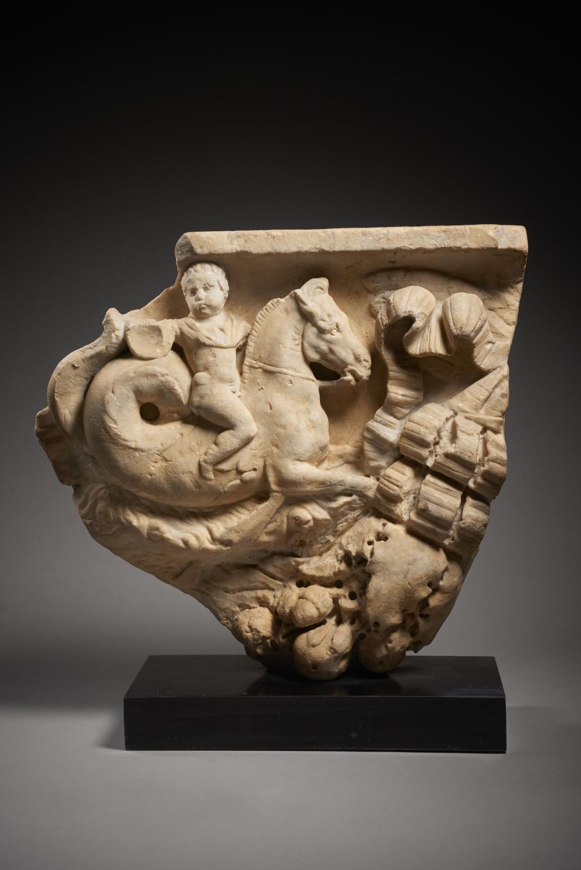 FRAGMENT DE SARCOPHAGE EN MARBRE Art romain, vers le milieu du 2e siècle
