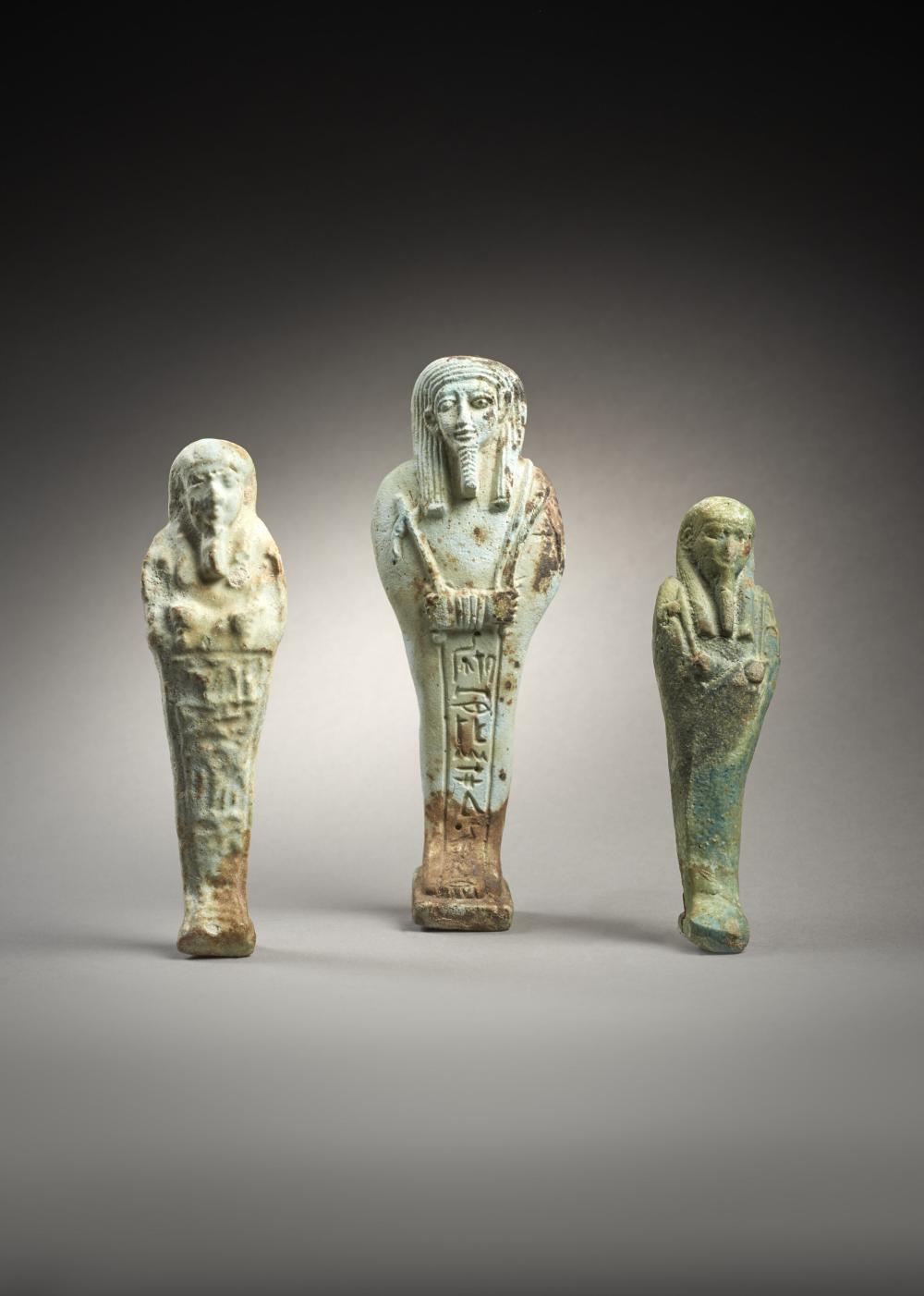 LOT COMPOSÉ DE TROIS OUSHEBTIS EN FAÏENCE Art égyptien, Basse Époque, 664 - 332 av. J.-C.